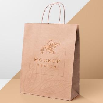 Maquete de saco de papel em fundo bicolor