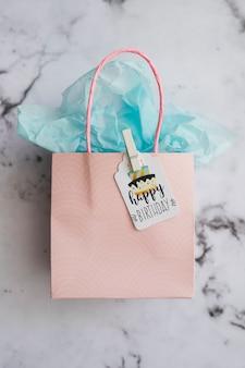Maquete de saco de presente de aniversário