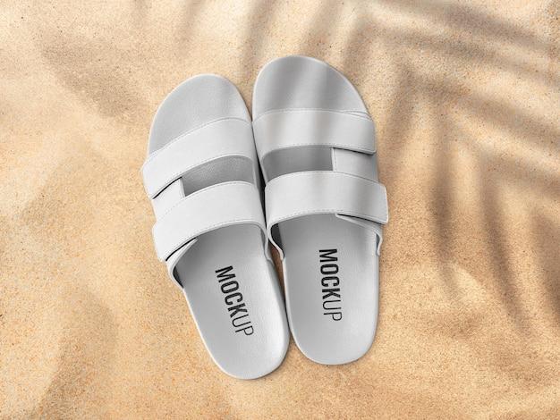 Maquete de sandálias na praia de areia