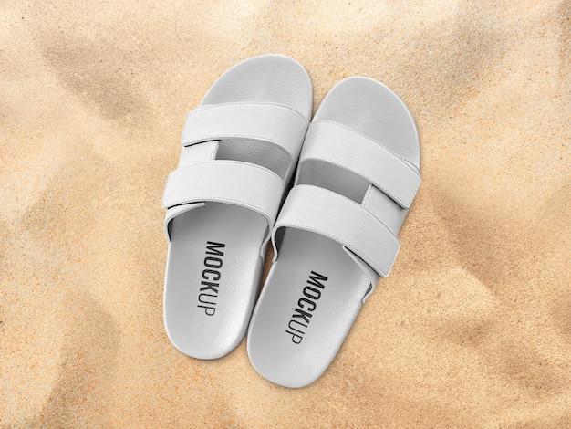 Maquete de sapatos deslizantes na praia