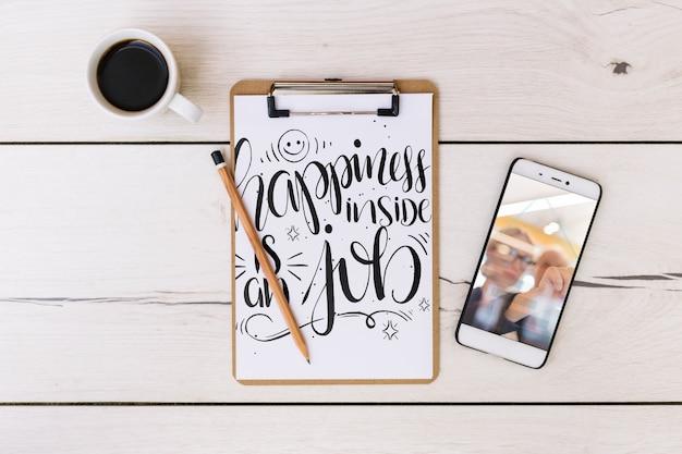 Maquete de smartphone com elementos de escritório