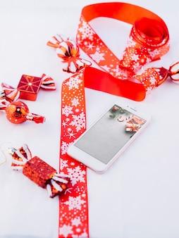 Maquete de smartphone com elementos de natal