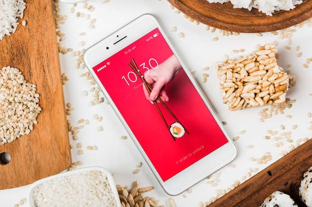 Maquete de smartphone com maquete de comida japonesa