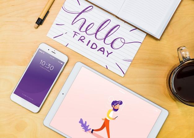 Maquete de smartphone com materiais de escritório na mesa
