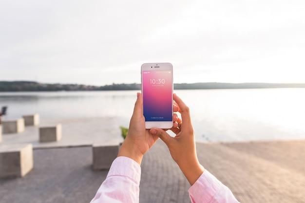 Maquete de smartphone com mulher na praia