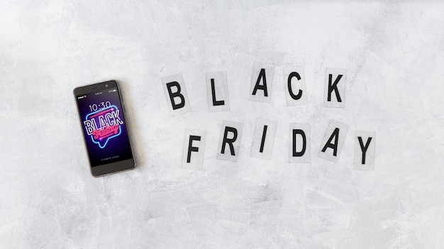 Maquete de smartphone e letras pretas de sexta-feira