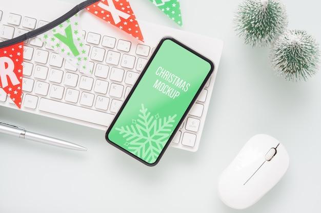 Maquete de smartphone em branco no escritório em casa para o natal e ano novo