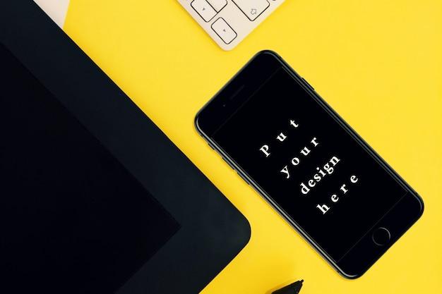 Maquete de smartphone em fundo amarelo