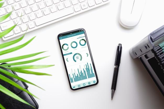 Maquete de smartphone na mesa de escritório