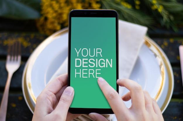 Maquete de smartphone na mesa de primavera