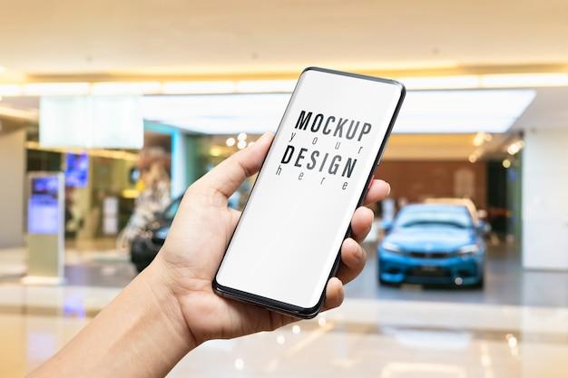 Maquete de smartphone no showroom de carro de luxo