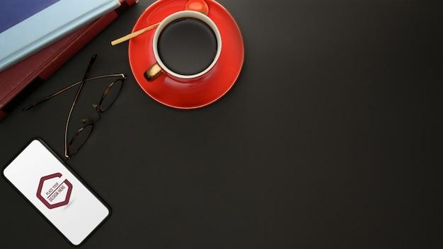 Maquete de smartphone, xícara de café, óculos e livros