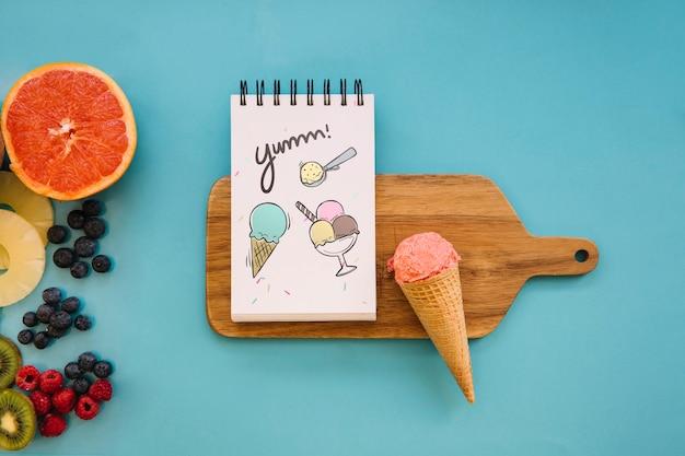 Maquete de sorvete com o bloco de notas