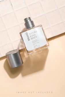 Maquete de spray de fragrância de frasco de perfume com luz solar