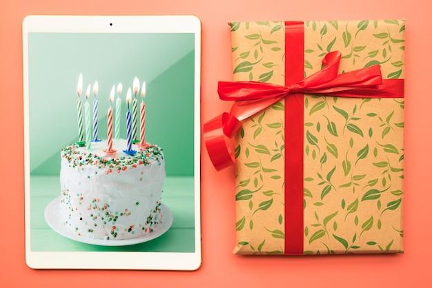 Maquete de tablet com conceito de aniversário