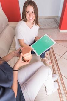 Maquete de tablet com conceito de dentista