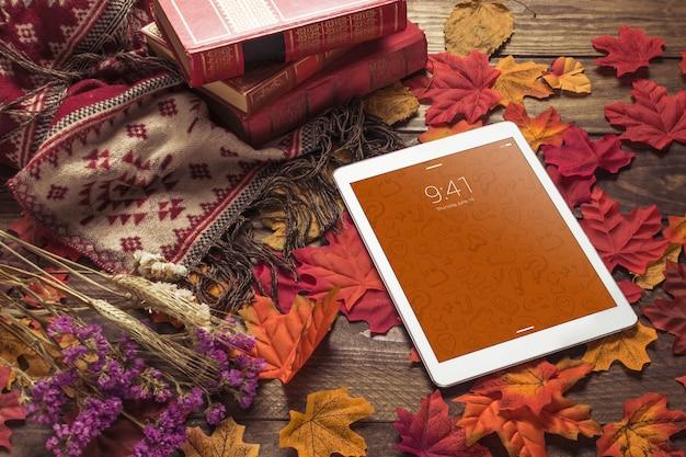 Maquete de tablet com conceito de outono