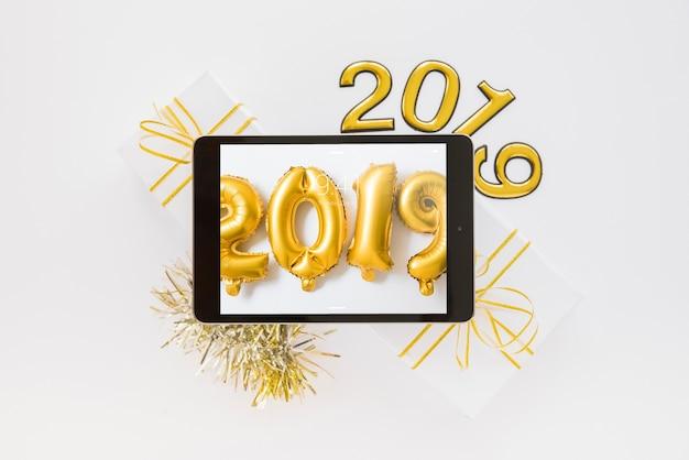 Maquete de tablet com decoração de ano novo