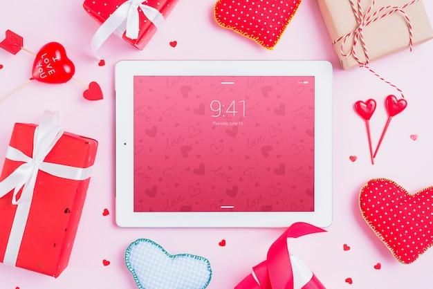 Maquete de tablet com elementos do dia dos namorados