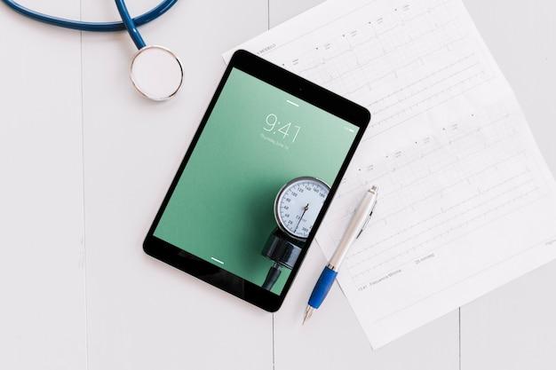 Maquete de tablet com elementos médicos