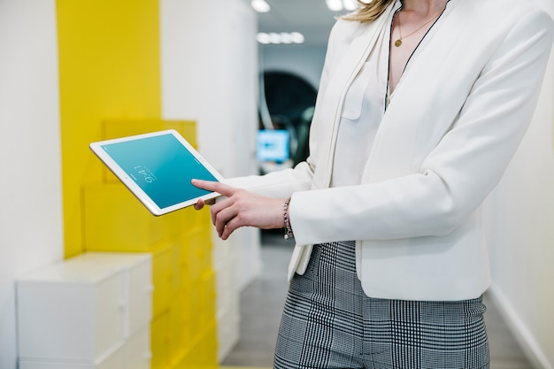 Maquete de tablet com empresária