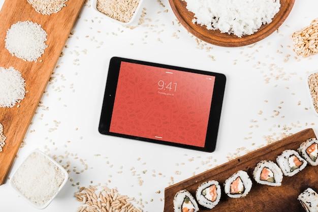Maquete de tablet com maquete de comida japonesa