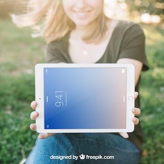 Maquete de tablet com mulher ao ar livre