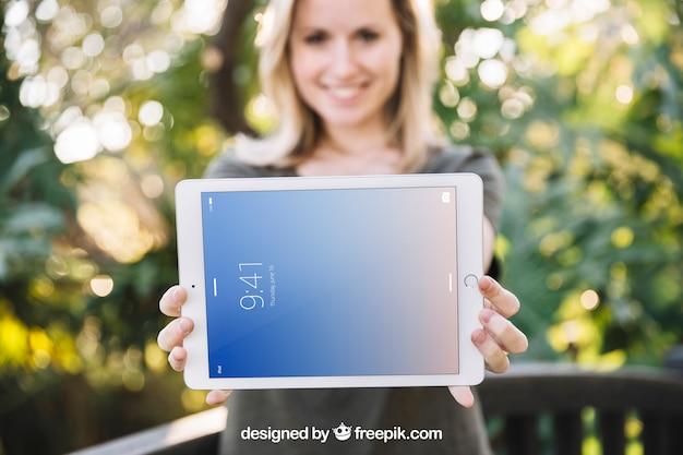 Maquete de tablet com mulher na natureza