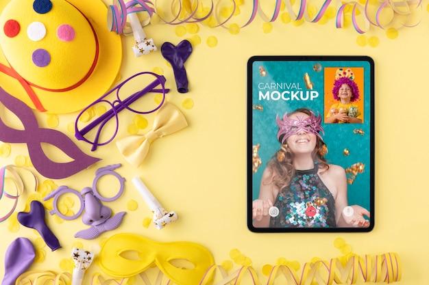 Maquete de tablet com vista superior com acessórios de carnaval