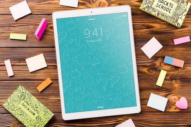 Maquete de tablet com volta ao conceito de escola