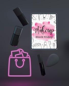 Maquete de tablet de vista superior com luzes de neon roxas