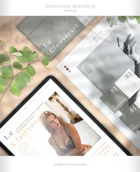Maquete de tablet e marca corporativa com sobreposições de sombra de folha