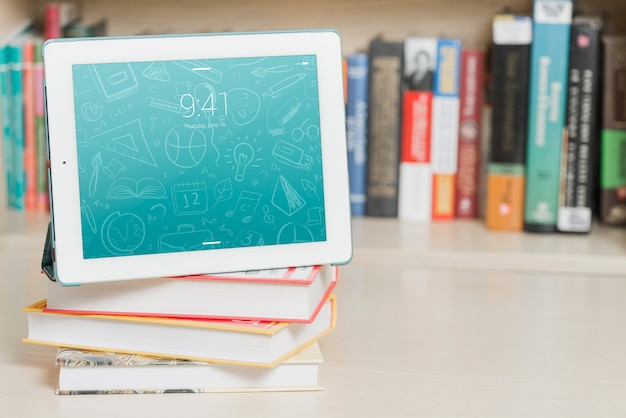 Maquete de tablet ou leitor de ebook com o conceito de literatura