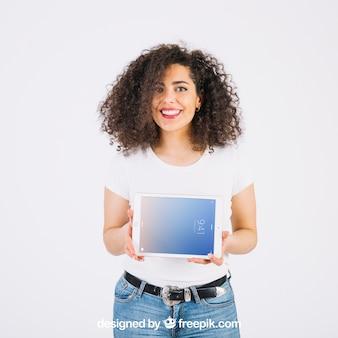 Maquete de tecnologia com mulher apresentando tablet