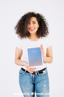 Maquete de tecnologia com mulher mostrando o tablet