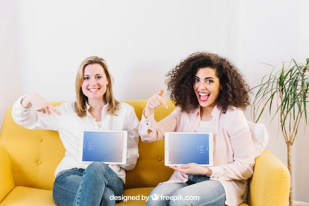 Maquete de tecnologia com mulheres no sofá amarelo