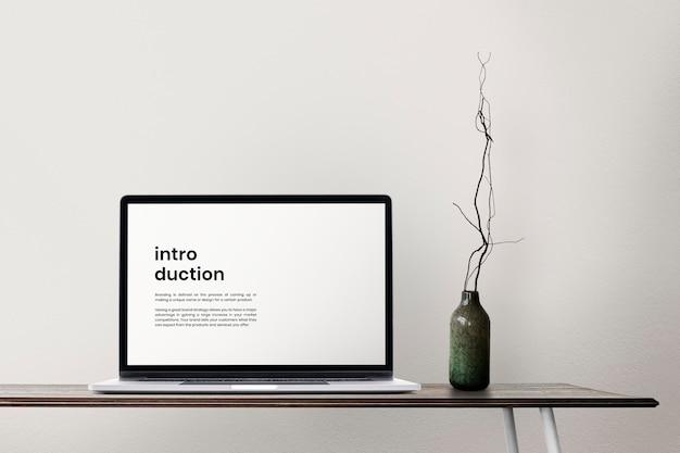 Maquete de tela de laptop em uma mesa design de zona de escritório doméstico mínimo