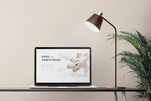 Maquete de tela de laptop psd em uma mesa design de zona de escritório doméstico mínimo