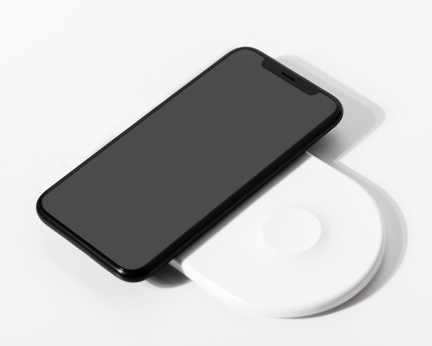 Maquete de tela de smartphone com carregador sem fio