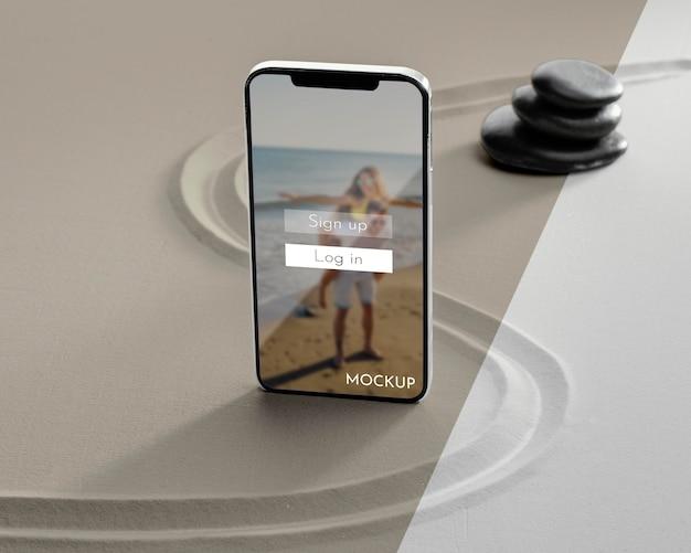 Maquete de tela de smartphone na areia