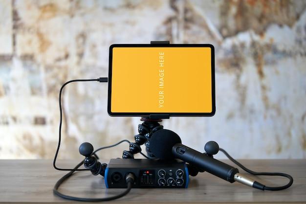 Maquete de tela do tablet com gravador de áudio e microfone
