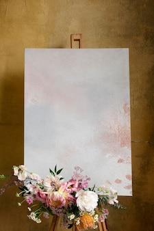 Maquete de tela pintada com um buquê de flores