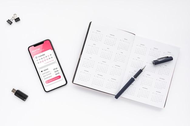 Maquete de telefone e agenda da vista superior