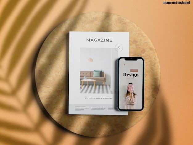 Maquete de telefone e revista de alta vista