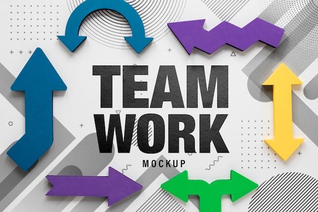 Maquete de trabalho em equipe e setas coloridas