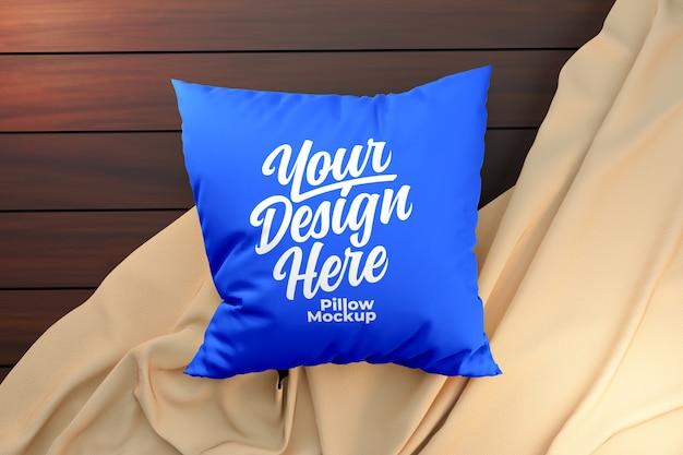 Maquete de travesseiro azul em superfície de madeira