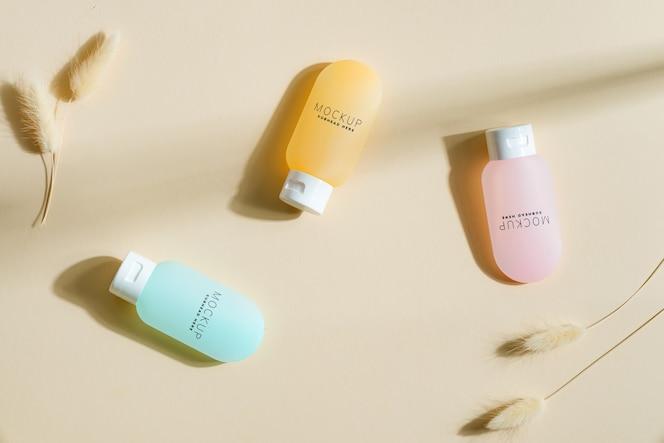 Maquete de três frascos de cosméticos