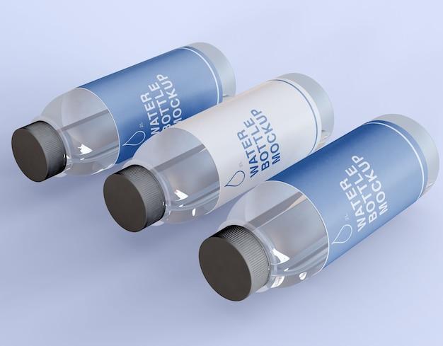 Maquete de três garrafas de água de plástico