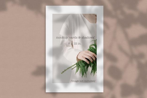 Maquete de um cartão de papel com sombra orgânica