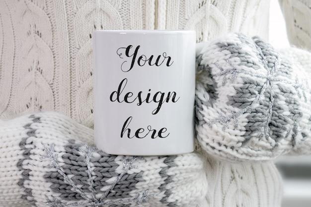 Maquete de uma caneca de café cerâmica branca nas mãos da mulher